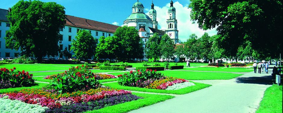 Residenz Kempten mit Gartenanlage im Allgäu im Sommer in der Nähe vom JUFA Kempten - Familien-Resort. Der Ort für kinderfreundlichen und erlebnisreichen Urlaub für die ganze Familie.
