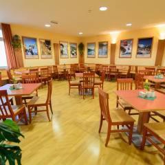 Gemütliches Restaurant mit Wanddeko im JUFA Hotel Bad Aussee. Der Ort für erholsamen Familienurlaub und einen unvergesslichen Winter- und Wanderurlaub.