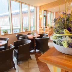 Rezeption und gemütliches Café im JUFA Hotel Altaussee. Der Ort für erholsamen Familienurlaub und einen unvergesslichen Winter- und Wanderurlaub.