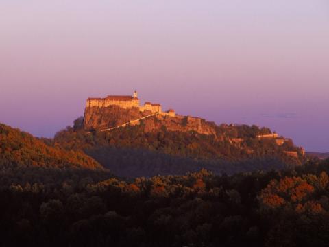 Riegersburg mit Abendstimmung in der Steiermark in der Nähe von JUFA Hotels. Der Ort für erholsamen Familienurlaub und einen unvergesslichen Winter- und Wanderurlaub.