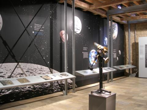 Ausstellungsraum mit Teleskop im Rieskrater Museum Nördlingen in der Nähe von JUFA Hotels. Der Ort für erholsamen Familienurlaub und einen unvergesslichen Winter- und Wanderurlaub.