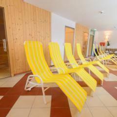 Ruheraum mit gelben Liegestühlen im Wellnessbereich im JUFA Hotel Altaussee. Der Ort für erholsamen Familienurlaub und einen unvergesslichen Winter- und Wanderurlaub.
