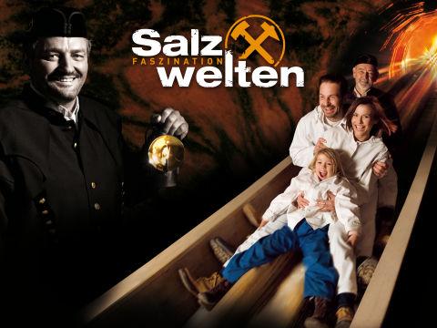 Sujetbild der Salzwelten Hallein und Altaussee mit Familie auf einer Rutsche und Bergwerkführer mit Lampe in der Nähe von JUFA Hotels. Der Ort für erholsamen Familienurlaub und einen unvergesslichen Winter- und Wanderurlaub.