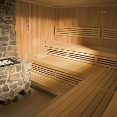 Sauna mit steinerner Aufgussschale im Wellnessbereich im JUFA Hotel Gnas - Sport-Resort. Der Ort für erfolgreiches Training in ungezwungener Atmosphäre für Vereine und Teams.