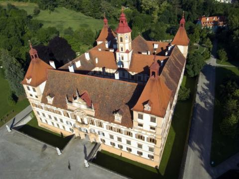 Sie sehen das Schloss Eggenberg in Graz ais der Vogelperspektive. JUFA Hotels bietet erlebnisreichen Städtetrip für die ganze Familie und den idealen Platz für Ihr Seminar.
