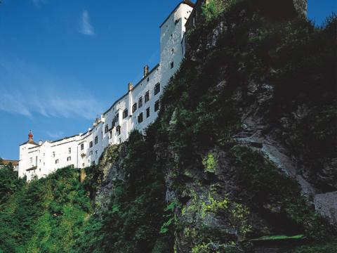 Schloss Herberstein in der Oststeiermark im Sommer. JUFA Hotels bietet kinderfreundlichen und erlebnisreichen Urlaub für die ganze Familie.