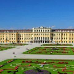 Schloss Schönbrunn mit Parkanlage im Sommer. JUFA Hotels bietet erlebnisreichen Städtetrip für die ganze Familie und den idealen Platz für Ihr Seminar.