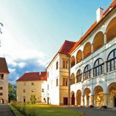 Schloss Seggau in der Südsteiermark im Sommer in der Nähe von JUFA Hotels. Der Ort für erholsamen Familienurlaub und einen unvergesslichen Winter- und Wanderurlaub.