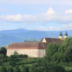Schloss Stainz in der Steiermark im Sommer. JUFA Hotels bieten erholsamen Familienurlaub und einen unvergesslichen Winter- und Wanderurlaub.