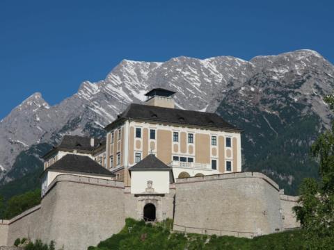 Schloss Trautenfels mit Grimming in der Steiermark. JUFA Hotels bieten erholsamen Familienurlaub und einen unvergesslichen Winter- und Wanderurlaub.