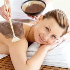 Frau genießt eine Schokolademassage im JUFA Vulkan Thermen-Resort. Der Ort für erholsamen Thermen- und entspannten Wellnessurlaub für die ganze Familie.