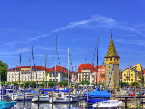 Sie sehen Segelboote in Lindau am Bodensee. JUFA Hotels bietet kinderfreundlichen und erlebnisreichen Urlaub für die ganze Familie.
