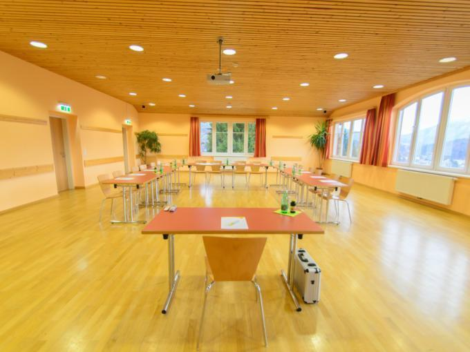 Frontalansicht des gut ausgestatteten Seminarraumes mit tollem Ausblick im JUFA Hotel Bad Aussee. Der Ort für erholsamen Familienurlaub und einen unvergesslichen Winter- und Wanderurlaub.