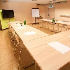 Gut ausgestatteter Seminarraum mit U-Form im JUFA Hotel Bleiburg – Sport-Resort. Der Ort für erholsamen Familienurlaub und einen unvergesslichen Winter- und Wanderurlaub.