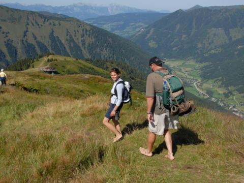 Paar wandert im Ski- und Wandergebiet Riesneralm im Sommer in der Nähe von JUFA Hotels. Der Ort für erholsamen Familienurlaub und einen unvergesslichen Winter- und Wanderurlaub.