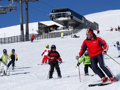 Skifahrer auf der Piste im Skigebiet Lachtal in der Steiermark in der Nähe von JUFA Hotels. Der Ort für erholsamen Familienurlaub und einen unvergesslichen Winterurlaub.