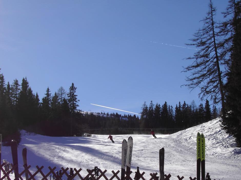 Sie sehen Skifahrer auf einer Skipiste auf der Frauenalpe in Murau. JUFA Hotels bietet Ihnen den Ort für erlebnisreichen Natururlaub für die ganze Familie.