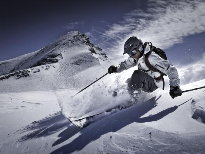 Skifahrer beim Wintersport im Skigebiet Zell am See-Kaprun in der Nähe von JUFA Hotels. Der Ort für erholsamen Familienurlaub und einen unvergesslichen Winterurlaub.