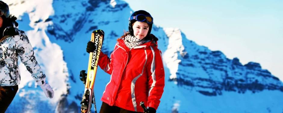 Skifahrerin mit Skiern in der Hand im Skigebiet Annaberg im Mostviertel in der Nähe von JUFA Hotels. Der Ort für erholsamen Familienurlaub und einen unvergesslichen Winter- und Wanderurlaub.