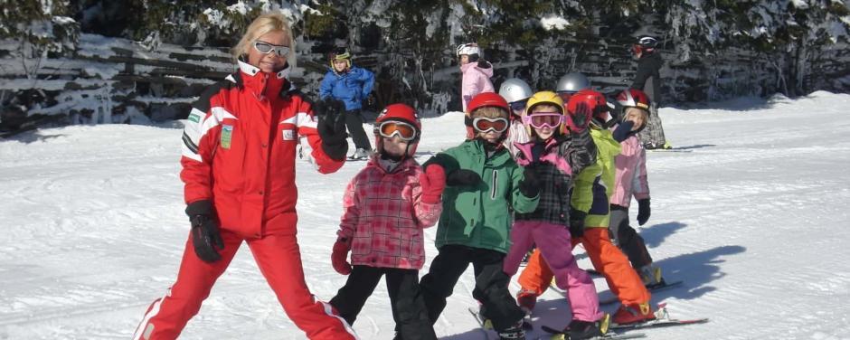 Kinderskikurs im Skigebiet Gaberl Stubalm in der Steiermark. JUFA Hotels bietet erholsamen Familienurlaub und einen unvergesslichen Winterurlaub.