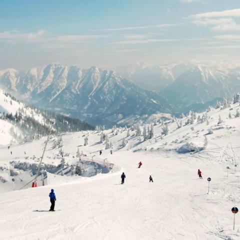 Skigebiet Hochkar im Mostviertel in Niederösterreich mit Skifahrern, die die  Skipiste herunterfahren in der Nähe vom JUFA Hotel Hochkar. Der Ort für erfolgreiches Training in ungezwungener Atmosphäre für Vereine und Teams.