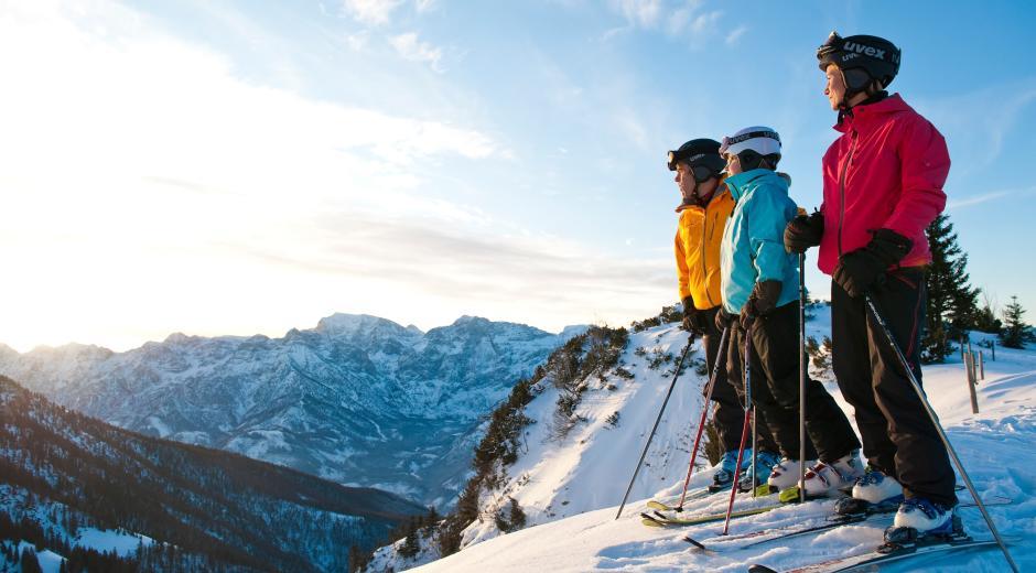 Familie beim Skifahren im Skigebiet Kasberg Grünau im Salzkammergut in der Nähe vom JUFA Hotel Almtal. Der Ort für erholsamen Familienurlaub und einen unvergesslichen Winter- und Wanderurlaub.