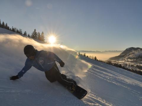Sie sehen das Skigebiet Oberjoch mit einem Snowboarder. JUFA Hotels bietet erholsamen Familienurlaub und einen unvergesslichen Winterurlaub.
