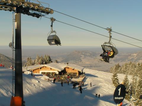 Sieh sehen das Skigebiet Ofterschwang mit Gondellift. JUFA Hotels bietet erholsamen Familienurlaub und einen unvergesslichen Winter- und Wanderurlaub.