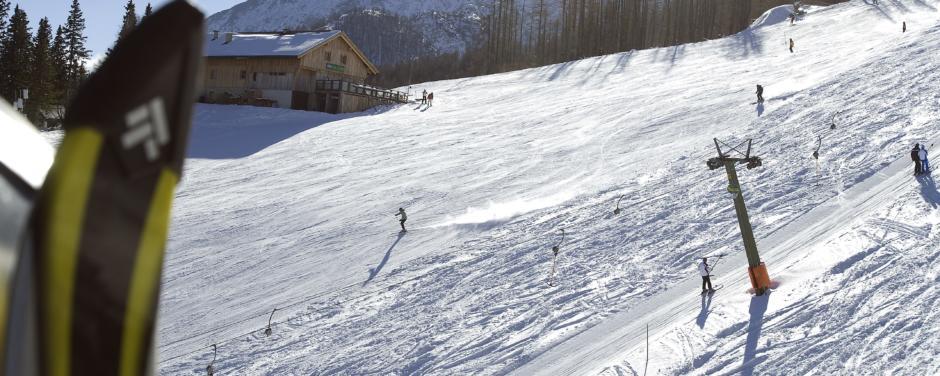 Skifahrer beim Skifahren auf der Piste im Skigebiet Petzen in der Nähe von JUFA Hotels. Der Ort für erholsamen Familienurlaub und einen unvergesslichen Winterurlaub.