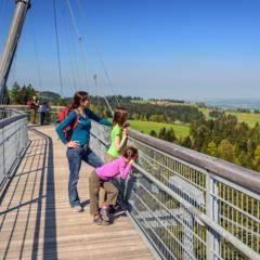 Familie genießt Ausblick vom Skywalk Allgäu in Scheidegg in Bayern in der Nähe von JUFA Hotels. Der Ort für erholsamen Familienurlaub und einen unvergesslichen Winter- und Wanderurlaub.