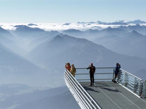 Sie sehen die Aussichtsplattform Skywalk auf dem Dachstein mit Bergpanorama. JUFA Hotels bietet Ihnen den Ort für erlebnisreichen Natururlaub für die ganze Familie.