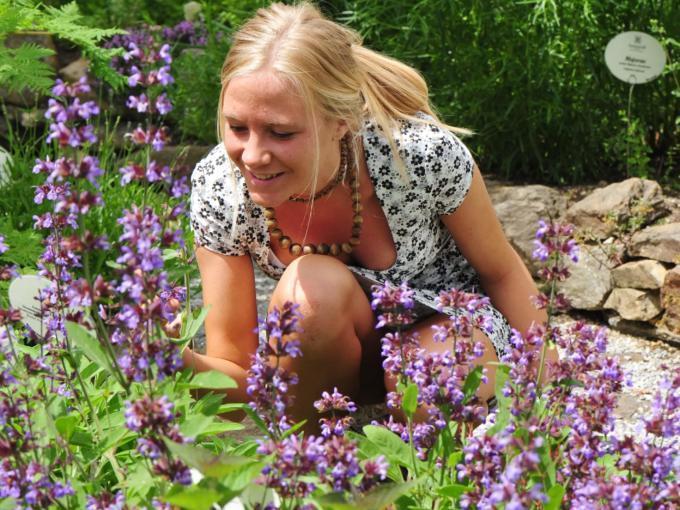 Frau im Sonnentor Erlebnis Kräutergarten im Waldviertel. JUFA Hotels bietet Ihnen den Ort für erlebnisreichen Natururlaub für die ganze Familie.