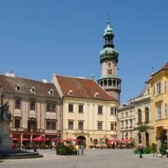 Sopron in Ungarn an einem herrlichen Sommertag. JUFA Hotels bieten erholsamen Familienurlaub und einen unvergesslichen Winter- und Wanderurlaub.