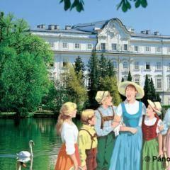 Sound of music Imagebild vor Schloss Leopoldskron in Salzburg in der Nähe vom JUFA Hotel Salzburg City. Der Ort für erlebnisreichen Städtetrip für die ganze Familie und der ideale Platz für Ihr Seminar.