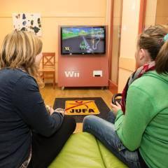 Spielzimmer im JUFA Hotel Gitschtal Landerlebnis mit Spielekonsole. Der Ort für kinderfreundlichen und erlebnisreichen Urlaub für die ganze Familie.