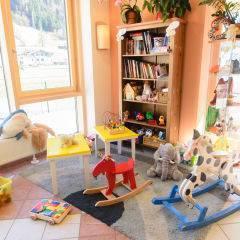 Spielzimmer mit Schaukelpferden im JUFA Hotel Kaprun. Der Ort für erholsamen Familienurlaub und einen unvergesslichen Winter- und Wanderurlaub.