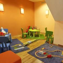 Spielzimmer mit Eisenbahn im JUFA Kempten Familien-Resort. Der Ort für kinderfreundlichen und erlebnisreichen Urlaub für die ganze Familie.