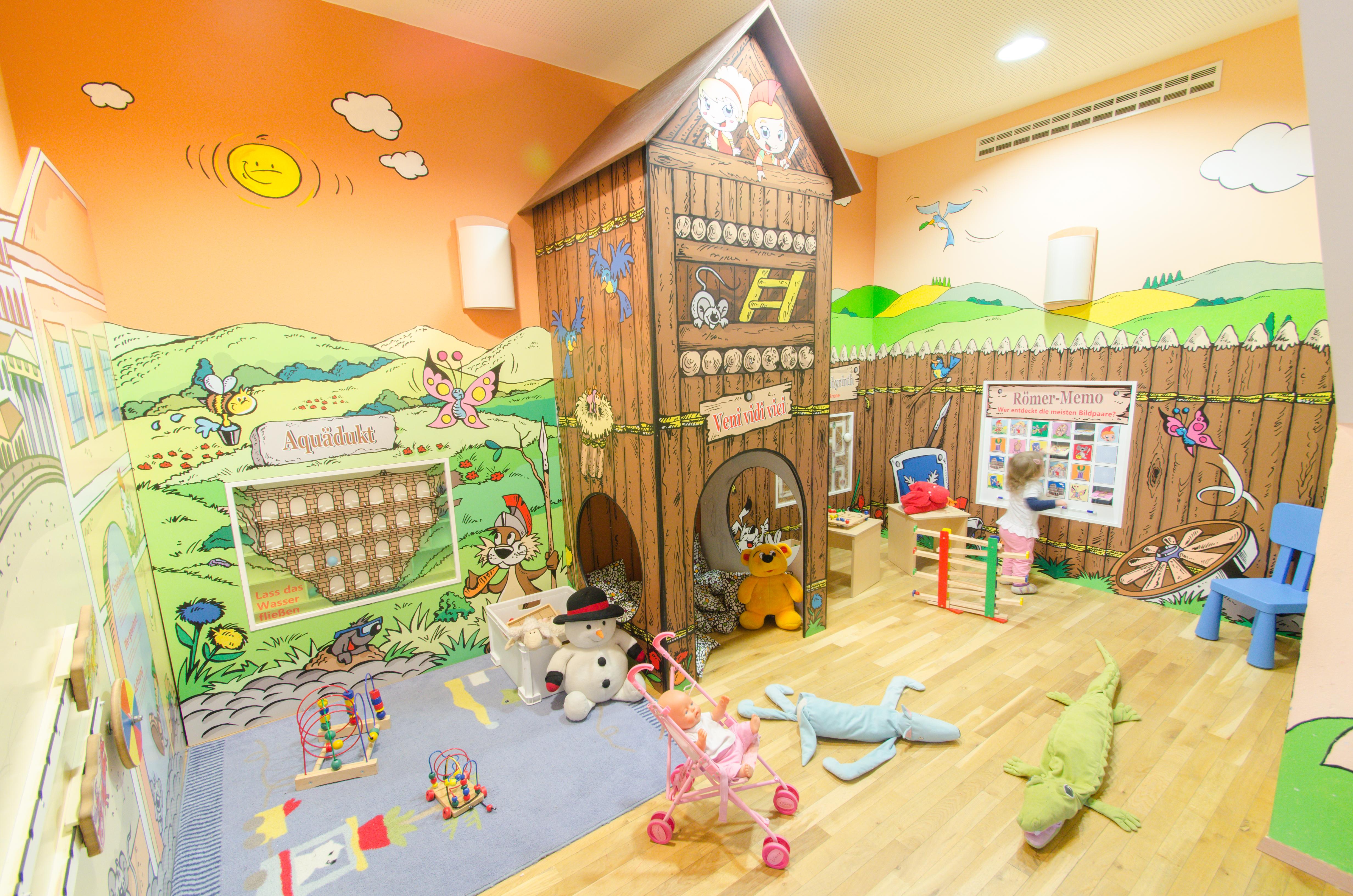Spielzimmer  mit Spielhaus im JUFA Kempten Familien-Resort. Der Ort für kinderfreundlichen und erlebnisreichen Urlaub für die ganze Familie.