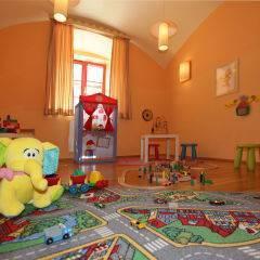 Spielzimmer mit Spielteppich im JUFA Hotel Oberwölz. Der Ort für erholsamen Familienurlaub und einen unvergesslichen Winter- und Wanderurlaub.