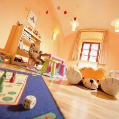 Spielzimmer mit Spielzeug im JUFA Hotel Oberwölz. Der Ort für erholsamen Familienurlaub und einen unvergesslichen Winter- und Wanderurlaub.