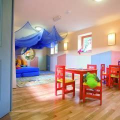 Spielzimmer mit Kindertischen im JUFA Hotel Veitsch. Der Ort für kinderfreundlichen und erlebnisreichen Urlaub für die ganze Familie.