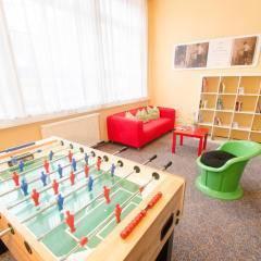 Spielzimmer mit Tischfußball im JUFA Hotel Bregenz am Bodensee. Der Ort für tollen Sommerurlaub an schönen Seen für die ganze Familie.