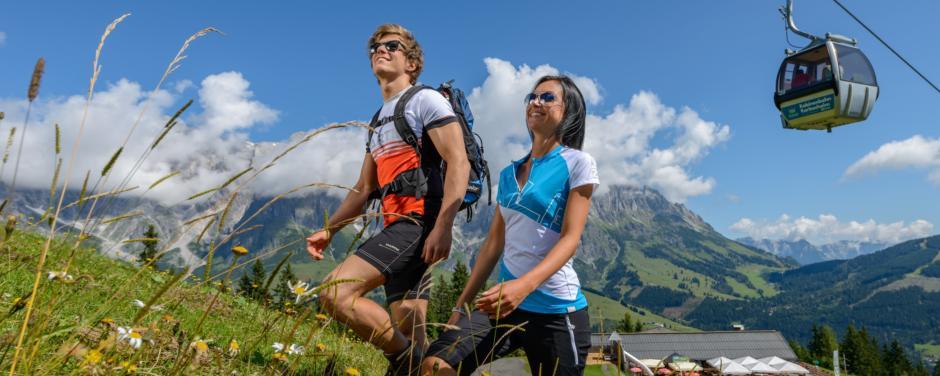 Paar beim Wandern in Altenmarkt-Zauchensee in der Sportwelt Amadé in der Nähe vom JUFA Hotel Altenmarkt. Der Ort für erholsamen Familienurlaub und einen unvergesslichen Winter- und Wanderurlaub.