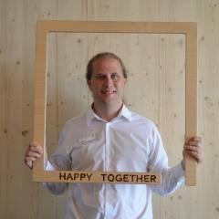 Auf diesem Bild sehen Sie Stephen Littleton, den Hotelleiter vom JUFA Hotel Bregenz am Bodensee. JUFA Hotels bietet kinderfreundlichen und erlebnisreichen Urlaub für die ganze Familie.