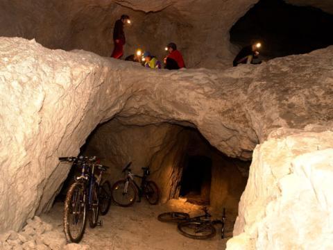 Sie sehen Stollenbiken in Sankt Kanzian am Klopeiner See. JUFA Hotels bieten erholsamen Familienurlaub und einen unvergesslichen Winter- und Wanderurlaub