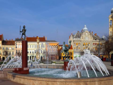 Springbrunnen in Szombathely in Ungarn im Sommer. JUFA Hotels bieten erholsamen Familienurlaub und einen unvergesslichen Winter- und Wanderurlaub.