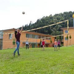 Teens beim Spiel am Volleyaballplatz beim JUFA Hotel Deutschlandsberg Sport-Resort. Der Ort für erfolgreiches Training in ungezwungener Atmosphäre für Vereine und Teams.