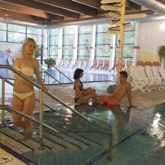 Erwachsene im Sportbecken im Thayatal Vitalbad in der Nähe von JUFA Hotels. Der Ort für erholsamen Familienurlaub und einen unvergesslichen Winter- und Wanderurlaub.