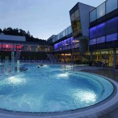 Aussenbecken der Therme Nova in Köflach bei Abendstimmung in der Nähe von JUFA Hotels. Der Ort für erholsamen Familienurlaub und einen unvergesslichen Winter- und Wanderurlaub.