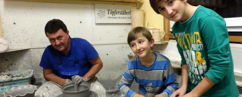 Kinder beim Töpferkurs im Töpfermuseum Stoob im Burgenland. JUFA Hotels bietet kinderfreundlichen und erlebnisreichen Urlaub für die ganze Familie.